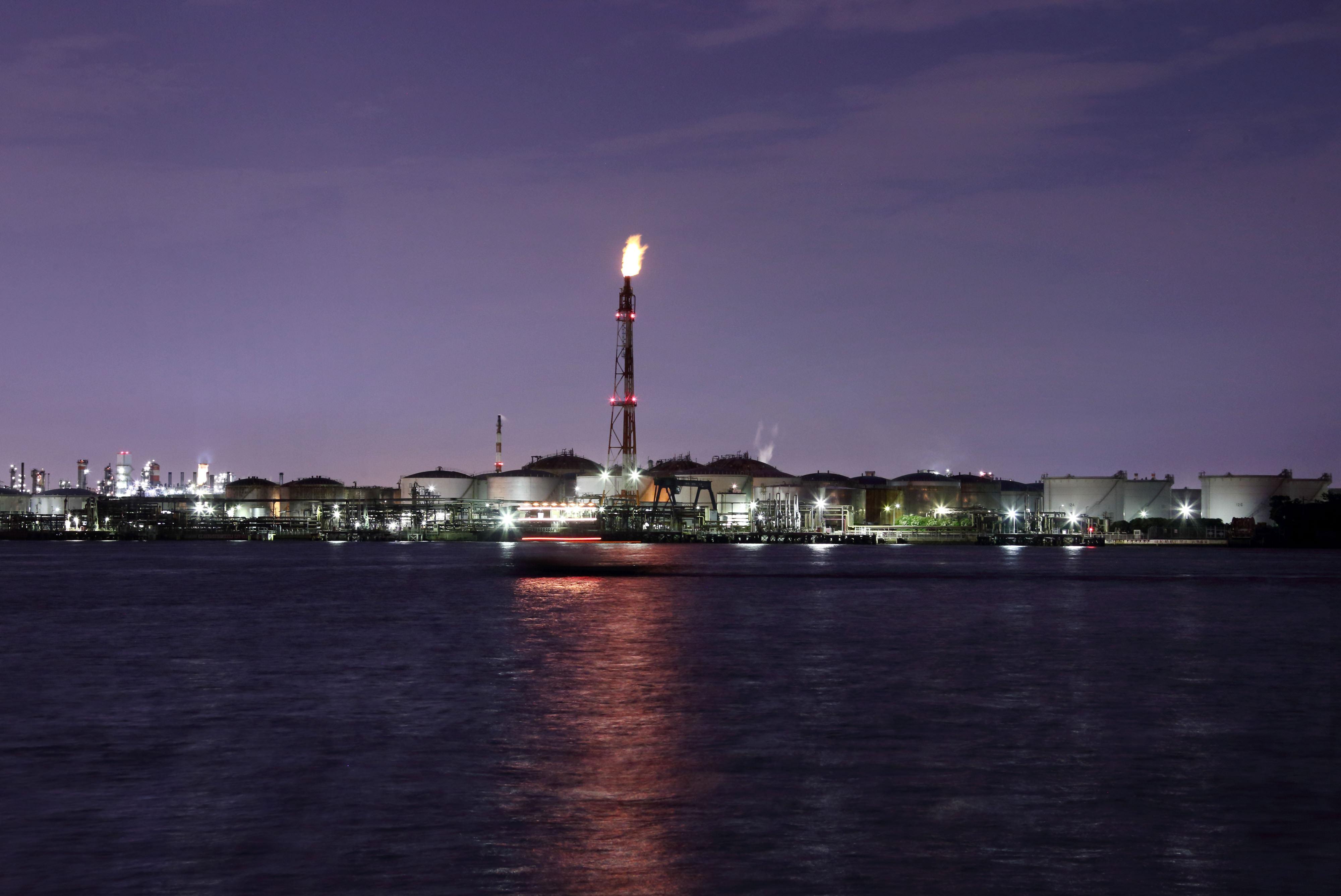 Нефть подросла, т.к. саудиты сокращают поставки в США; глобальный избыток сырья не дает ценам существенно расти